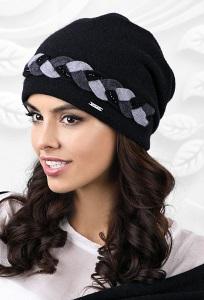 Чёрная шапка с декоративной косичкой Kamea Garda