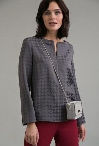 Блузка с орнаментом гусиная лапка Emka B2452/vishes