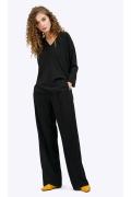 Базовая чёрная блузка из легкой ткани Emka B2408/urban