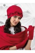 Красная шапка с декоративной косичкой Kamea Garda