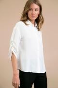 Блузка белого цвета с драпировкой на рукаве Emka B2395/jessica