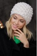 Белая объёмная шапка Gulyann Triana