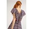 Платье-миди с геометрическим принтом. Модель А-силуэта на подкладке. Имеет круглый вырез горловины спереди и V-образный сзади, оформленный рюшами, цельнокроеный рукав