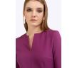 Фиолетовое платье с поясом без подкладки. Приталенная модель, имеет короткие рукава, V-образный вырез горловины, вертикальные выточки и разрез