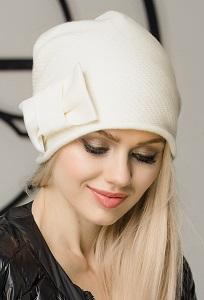 Женская шапка с руликом молочного цвета Gulyann Aumi