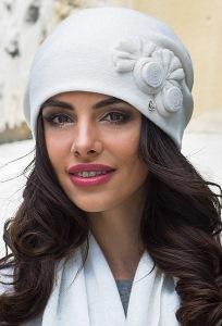 Шапка молочного цвета с драпировкой сзади Kamea Pilar