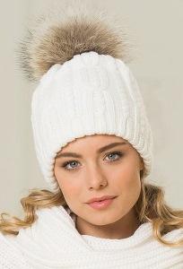 Белая шапка с помпоном из меха енота Landre Роберта
