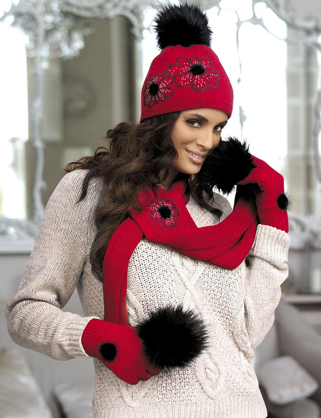 Фото девушки в красной куртке и шапке