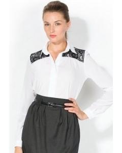 Блузка украшенная кружевом