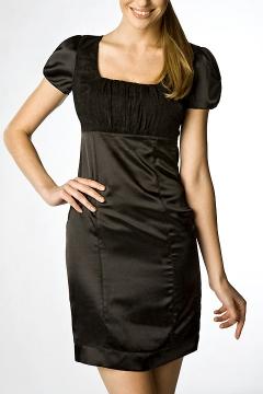 Короткое атласное платье чёрного цвета