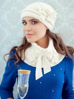 Комплект (шапка и пелерина) молочного цвета Landre Лайза